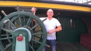 Eric aan het roer van de Amsterdam.